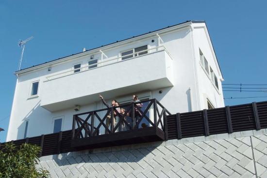 高台に建つ光と風を取り込める家