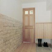 漆喰と天然石の玄関