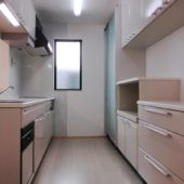 明るい対面式キッチン