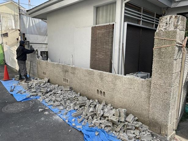 ブロック塀を解体しています