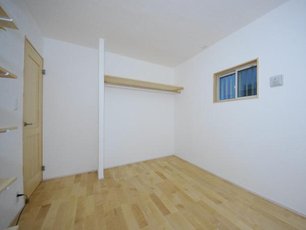 オープンクローゼットのある一階の洋室