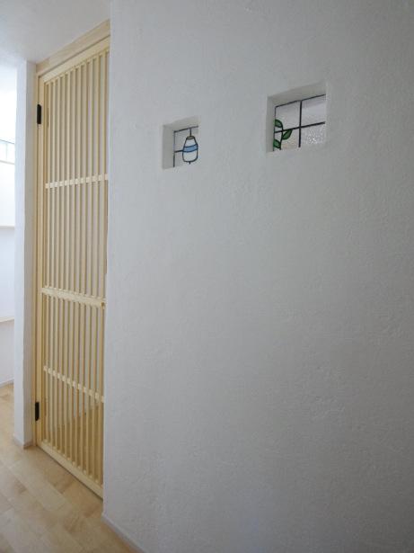 キッチンの漆喰壁にステンドグラス