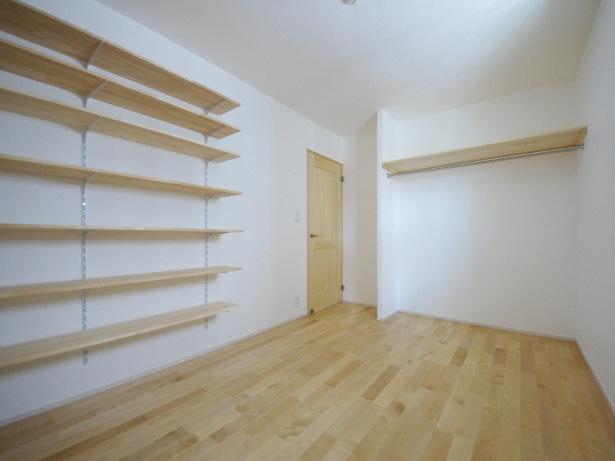 可動式の棚とオープンクローゼットのある一階の洋室