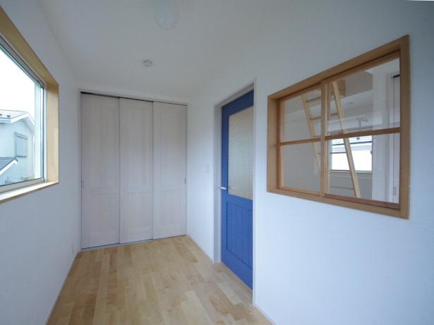 木製の室内窓のある洋室